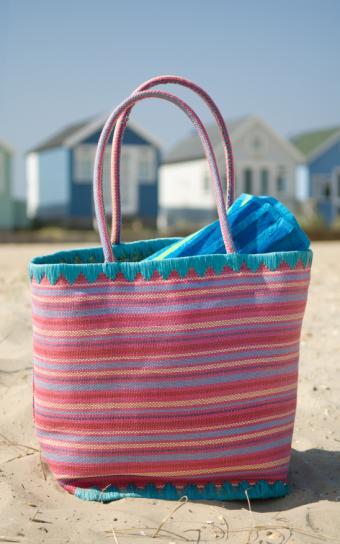https://cf.ltkcdn.net/handbags/images/slide/38738-532x850-Beach-bag-1.jpg