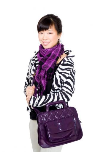 https://cf.ltkcdn.net/handbags/images/slide/38776-430x644-Wearhandbag_2.jpg