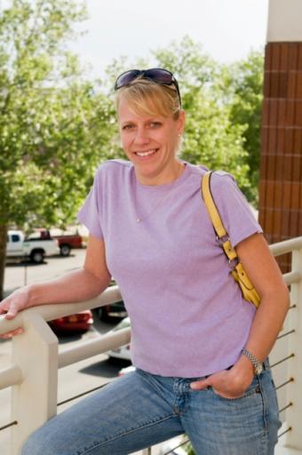 https://cf.ltkcdn.net/handbags/images/slide/38779-430x647-Wearhandbag_3.jpg