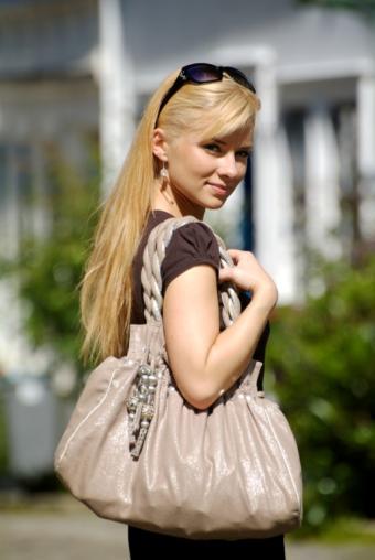https://cf.ltkcdn.net/handbags/images/slide/39053-514x768-Shoulderhandbag.jpg