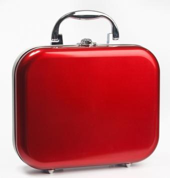 https://cf.ltkcdn.net/handbags/images/slide/39096-677x709-red-suitcase.jpg