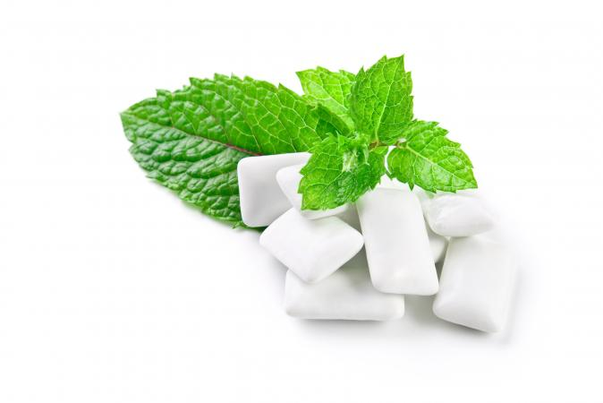 Spearmint leaves and chewing gum
