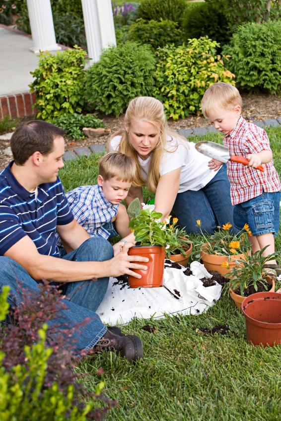 https://cf.ltkcdn.net/home-school/images/slide/75001-566x848-planting_family.jpg