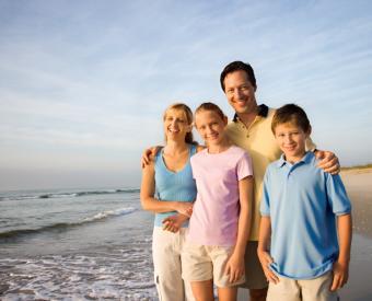 https://cf.ltkcdn.net/home-school/images/slide/75003-770x623-beach_family.jpg