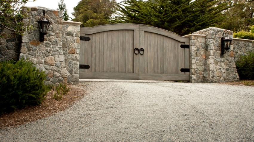 https://cf.ltkcdn.net/homeimprovement/images/slide/176979-850x477-driveway-gravel-gate.jpg
