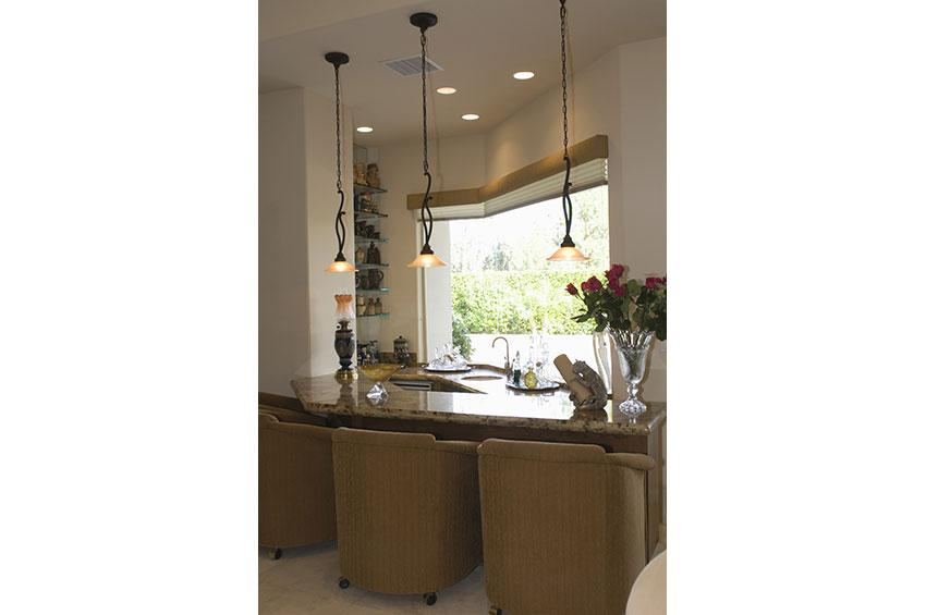 https://cf.ltkcdn.net/homeimprovement/images/slide/179150-850x565-pendant-lights-over-counter.jpg