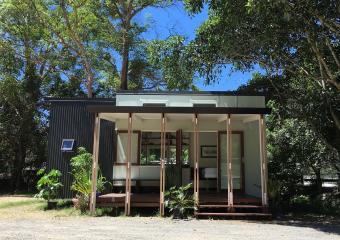 https://cf.ltkcdn.net/homeimprovement/images/slide/206683-850x600-Front-On-Tiny-House.jpg