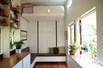 https://cf.ltkcdn.net/homeimprovement/images/slide/206684-850x567-raised-bed-in-tiny-house.jpg