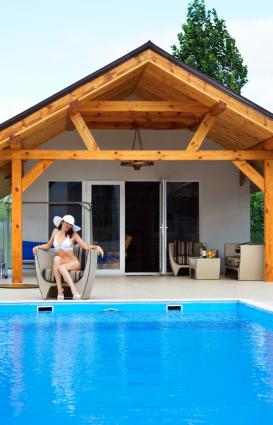 Pool house design ideas lovetoknow for Pool house designs with outdoor kitchen