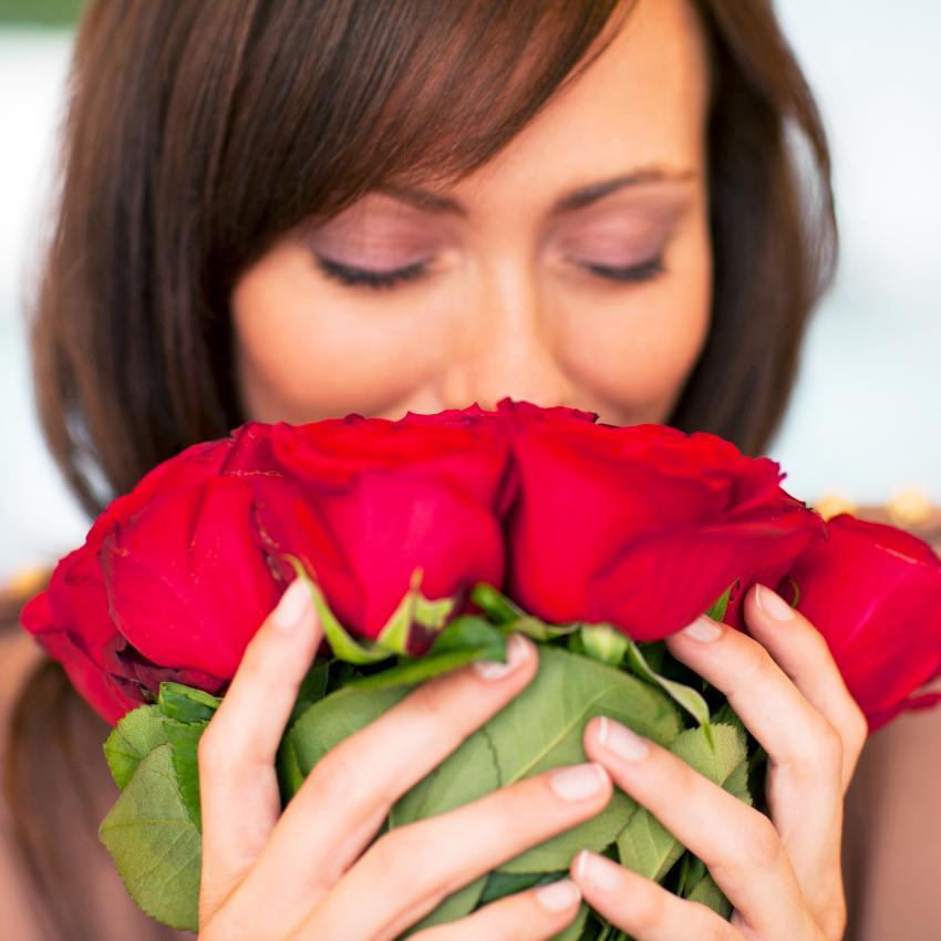 https://cf.ltkcdn.net/horoscopes/images/slide/258826-850x850-Girl-with-Roses.jpg
