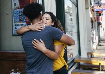 https://cf.ltkcdn.net/horoscopes/images/slide/256288-850x595-4_couple_hug_street.jpg