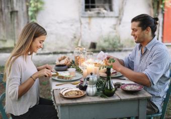 https://cf.ltkcdn.net/horoscopes/images/slide/256289-850x595-5_couple_dinner_outside.jpg
