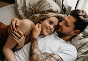https://cf.ltkcdn.net/horoscopes/images/slide/256734-850x595-15_couple_bed_smiling.jpg