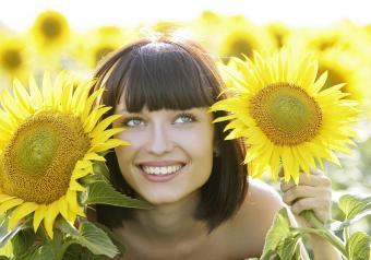 https://cf.ltkcdn.net/horoscopes/images/slide/258225-850x595-16_Leo_woman_sunflowers.jpg