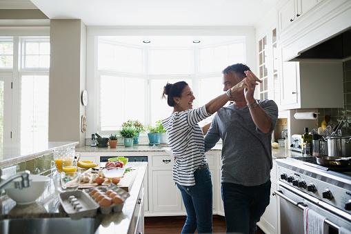 pareja-bailando-en-la-cocina.jpg