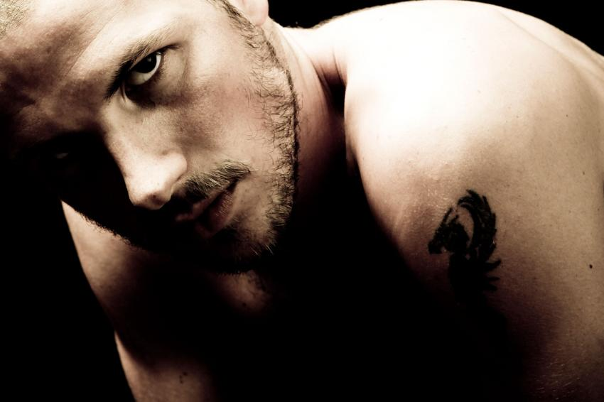 https://cf.ltkcdn.net/horoscopos/images/slide/240601-850x566-hombre-con-tatuaje.jpg