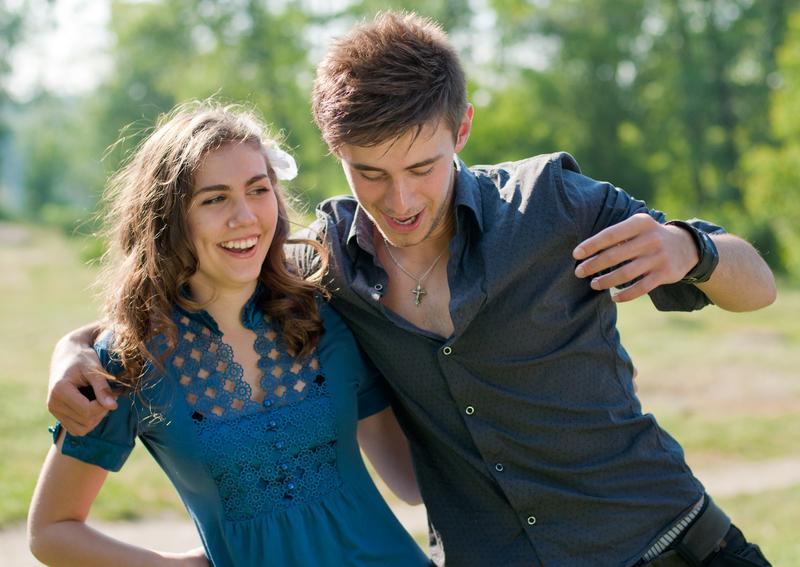 https://cf.ltkcdn.net/horoscopos/images/slide/241686-800x567-pareja-riendo-y-divirtiendose.jpg