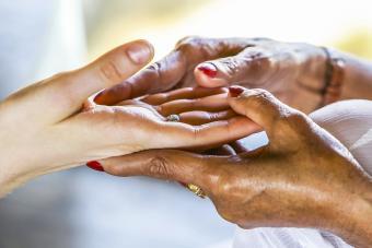 Anciana leyendo la palma de la mano de una mujer
