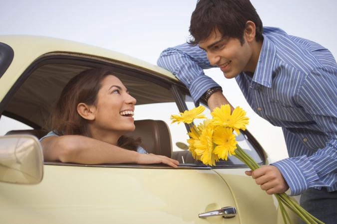 Hombre dando flores a la mujer