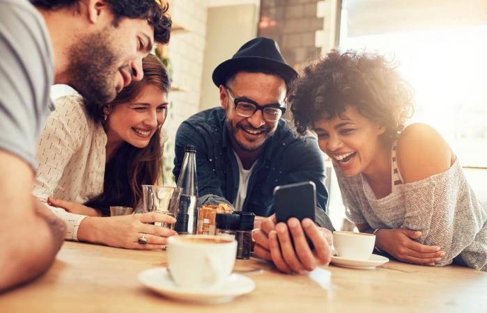 Amigos mirando el teléfono móvil