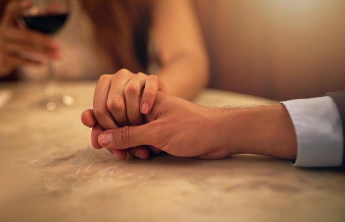 Pareja tomándose la mano