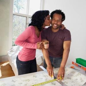 hombre recibiendo un beso de su esposa
