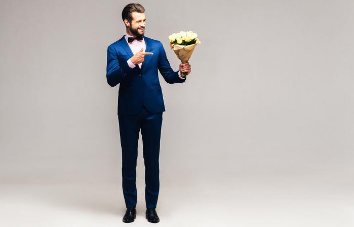 Hombre elegante con flores