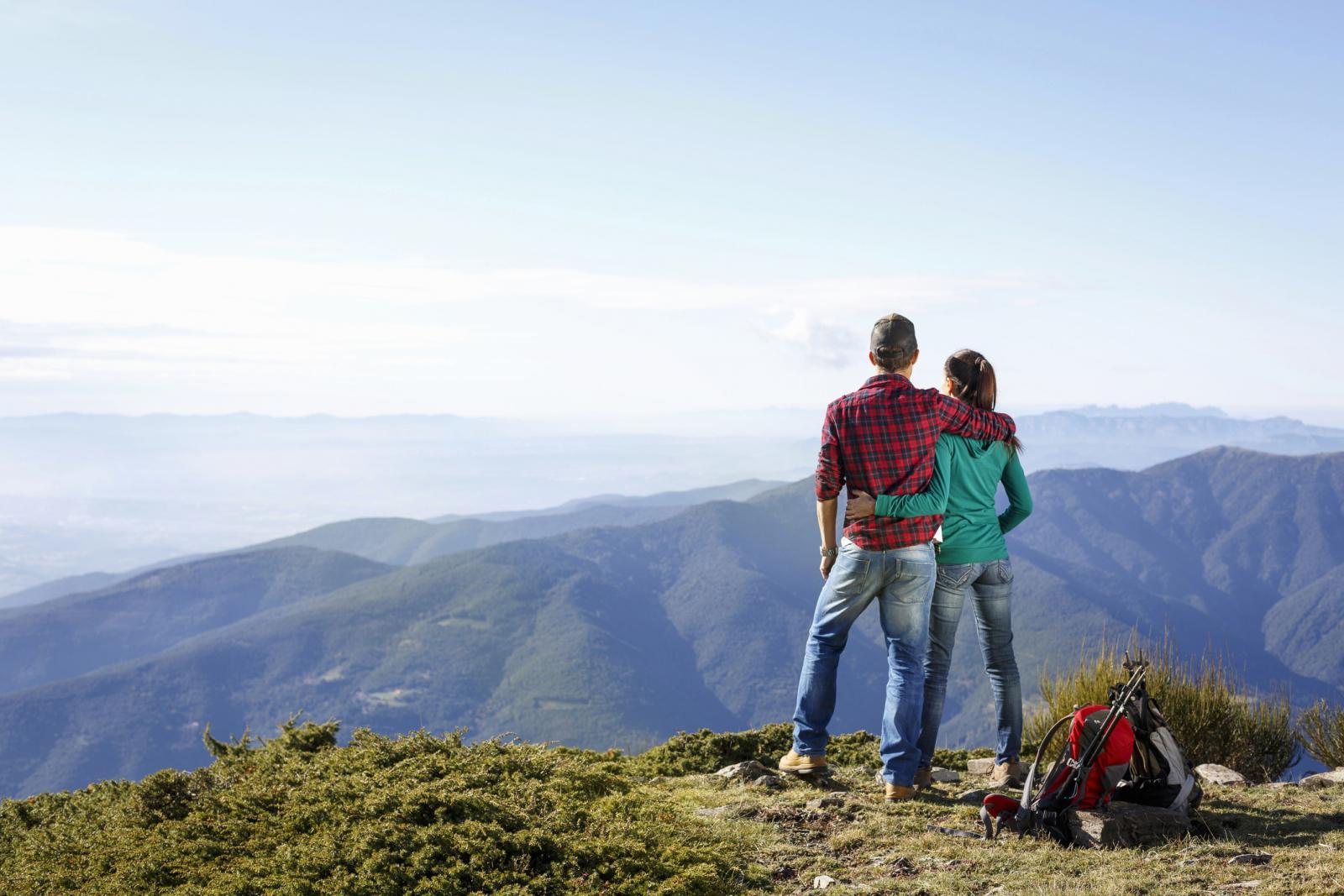 Una pareja en la cima de la montaña