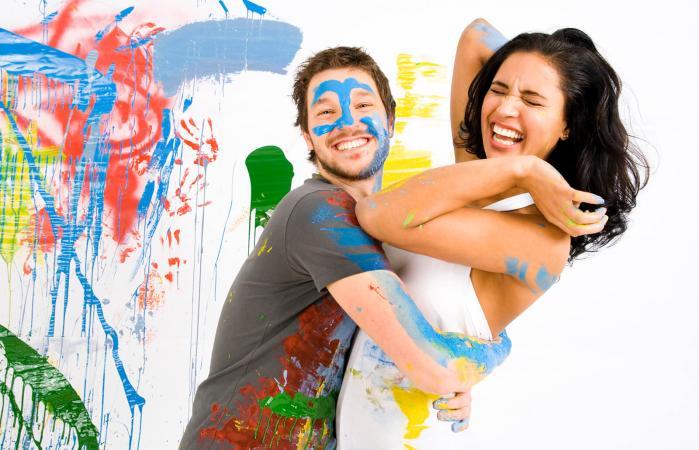 Pareja pintando habitación juntos