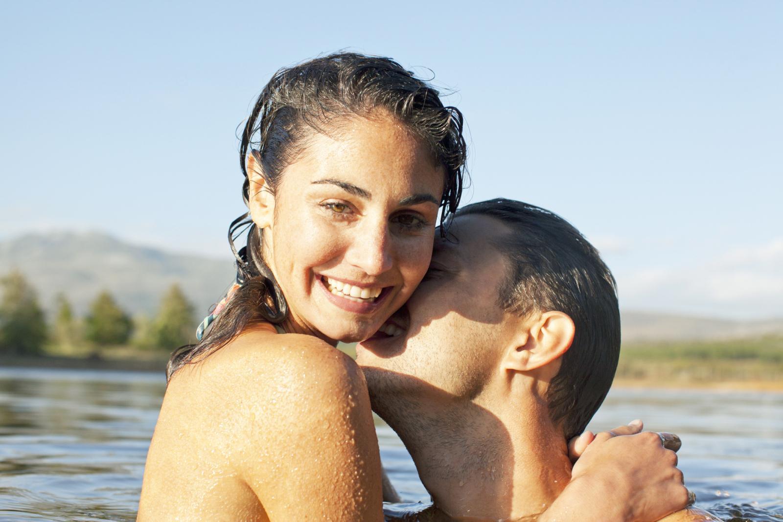 Pareja besandose en el lago