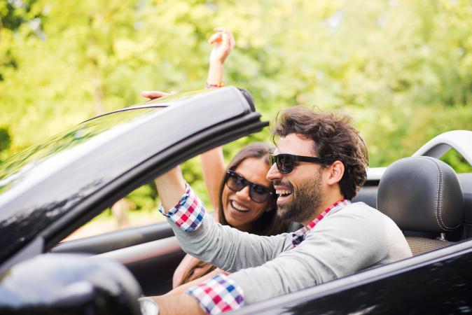 Hombre y mujer disfrutando del camino abierto