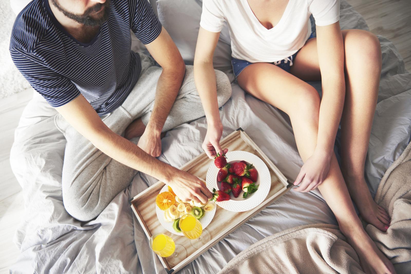 Desayuno en la cama, romance entre Cáncer y Tauro