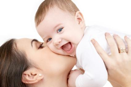 Una mujer cáncer es amorosa con su bebé