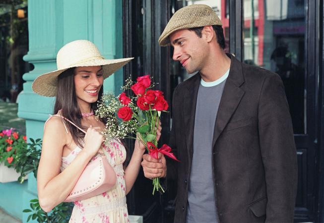 Un Libra disfruta obsequiar flores a su novia