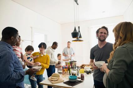 Familia y amigos disfrutando de una comida