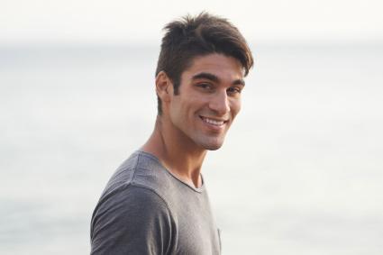 Hombre guapo en la playa