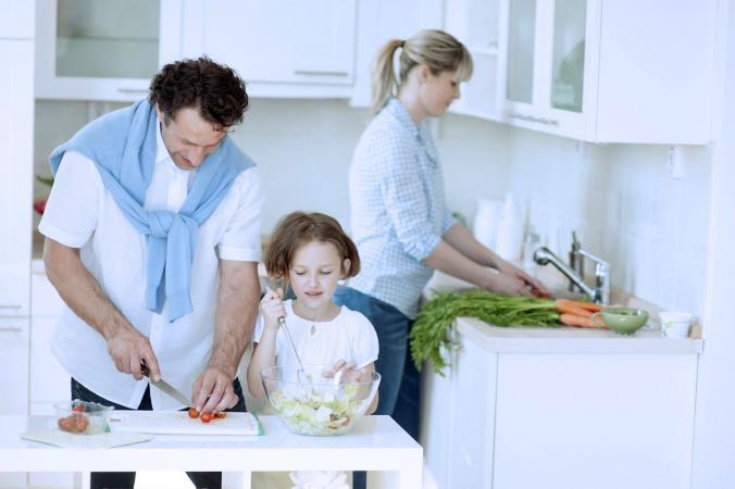 Hombre Cáncer con su familia en la cocina