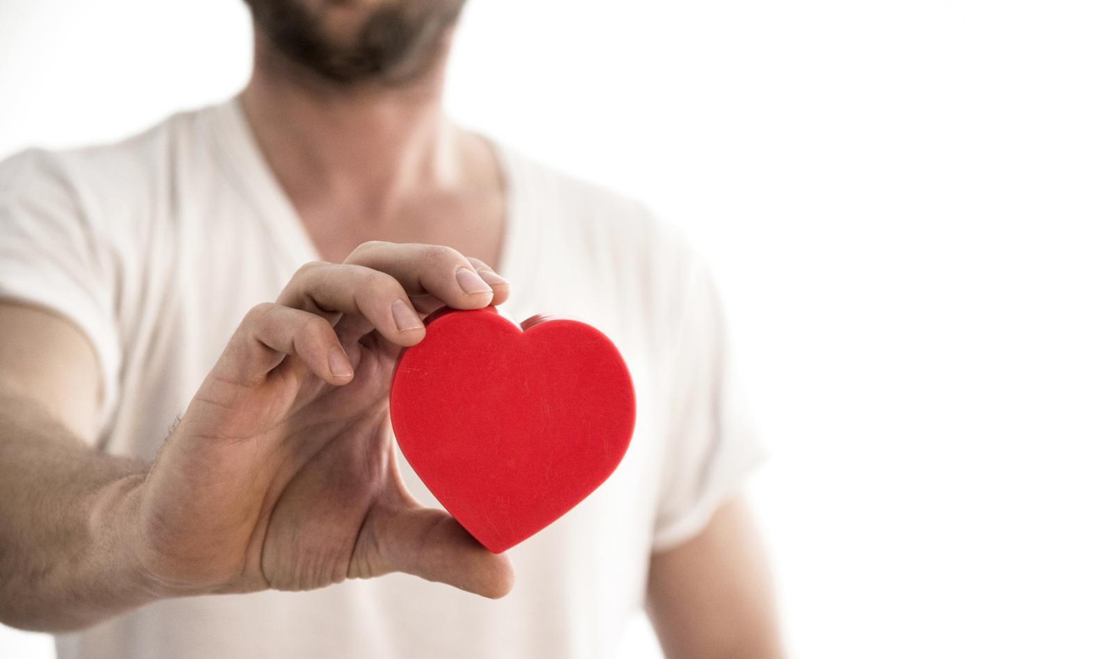 Hombre con un corazón en la mano