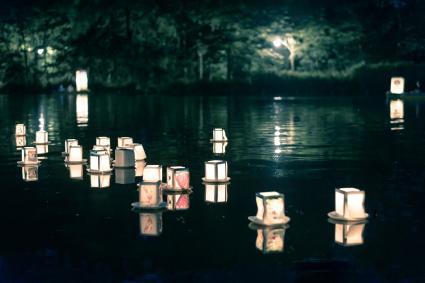 Linternas flotantes, símil de Leo y Piscis