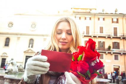Mujer recibiendo ramo de rosas