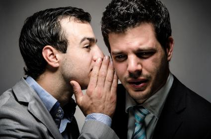 Hombre susurrando al oído