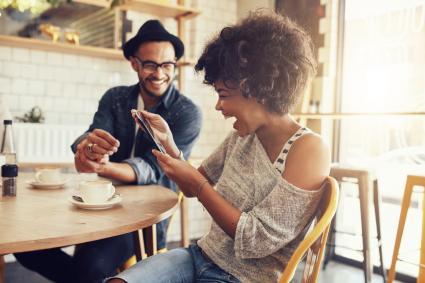 Hombre y mujer riendo en restaurante