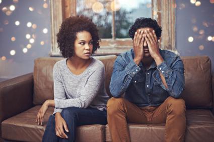 Mujer enojada con su novio