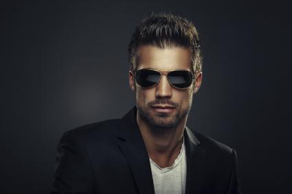 Hombre guapo con gafas de sol