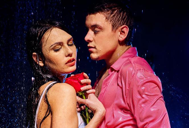 Mujer Cáncer y hombre Escorpio en la lluvia