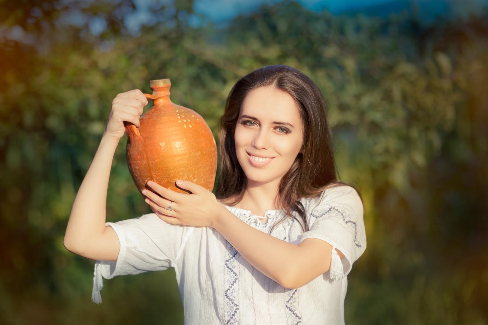 Acuario, una mujer con una vasija de agua