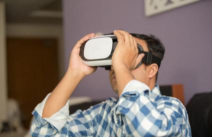 Hombre usando consola de realidad virtual