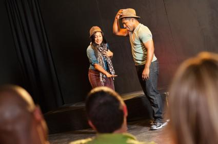 dos actores en el escenario