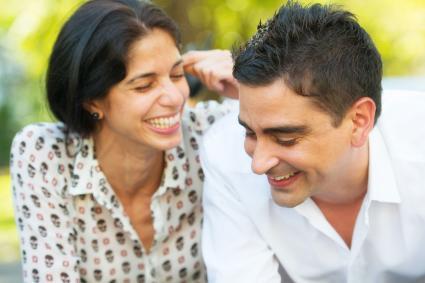 Feliz pareja riendo juntos