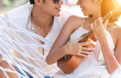 Pareja amorosa en la playa